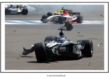 Accident du départ impliquant Ralf SCHUMACHER, Rubens BARICHELLO et Kimi RAIKKONEN.